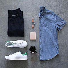Looks Masculinos para Balada. Macho Moda - Blog de Moda Masculina: Roupa Masculina para BALADA: 28 Looks pra Inspirar, look balada masculino, look masculino moderno, roupa de homem para balada, Camisa jeans, Calça Preta, Adidas Stan Smith Branco