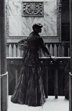 Walter Albini 1973 - Modello da sera della sfilata al Caffè Florian - Foto Barry Lategan - Da Vogue