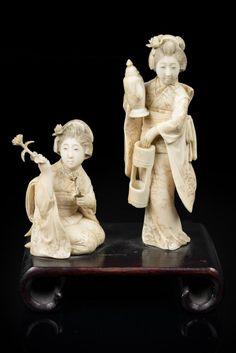 Japon, période Meiji, fin du XIX° siècle. Joli okimono en ivoire sculpté représentant deux femmes l'une accroupie tenant dans chacune de ses mains un fleur, l'autre tenant une verseuse. H 13 et 8cm. Pré convention de Washington avant 1947.