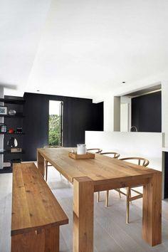 Mesa de madera sólida con banca y sillas.
