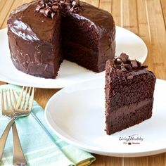 Paleo Chocolate Cake (Grain, Gluten, Dairy Free) Light fluffy Paleo Chocolate Cake recipe (Grain, Gluten, Dairy Free) with chocolate frosting & ganache. This is the perfect birthday healthy chocolate cake. Living Healthy With Chocolate, Paleo Chocolate Cake, Healthy Chocolate, Chocolate Recipes, Chocolate Frosting, Chocolate Sweets, Chocolate Avocado Cake, Chocolate Smoothies, Chocolate Mouse