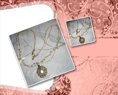 Correntes em crochê com fio metalizado ouro, sendo uma com pérolas plásticas; pingente em crochê com arame ouro e pedras plásticas em suas tramas (pérolas).