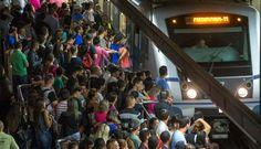Após congelamento da tarifa unitária em R$ 3,80, tucanos anunciam reajuste do bilhete único mensal em 35,7% e do mensal integrado em 30%; cerca de 4,7 milhões de passageiros que usam transporte público devem ser atingidos pelos aumentos