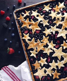 Berry Slab Pie (Recipe updated Mixed Berry Slab Pie from The ultimate Fourth of July dessert!Mixed Berry Slab Pie from The ultimate Fourth of July dessert! Peach Slab Pie, Apple Slab Pie, Pie Recipes, Dessert Recipes, Pie Dessert, Kitchen Recipes, Recipes Dinner, Dessert Ideas, Cookout Food