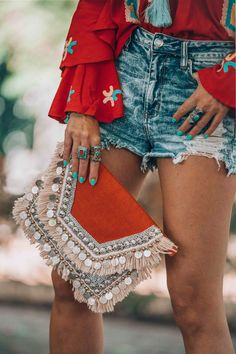 A beautiful red coin clutch boho style Boho-Stil 5 Things You Didn't Know About Me Mode Hippie, Bohemian Mode, Hippie Boho, Bohemian Boots, Bohemian Dresses, Style Boho, Look Boho, Red Style, Gypsy Style