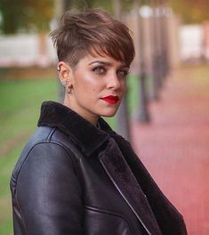 How to style the Pixie cut? Despite what we think of short cuts , it is possible to play with his hair and to style his Pixie cut as he pleases. Great Haircuts, Stylish Haircuts, Great Hairstyles, Pixie Hairstyles, Pixie Cut Styles, Best Pixie Cuts, Short Hair Styles, Chaotischer Pixie, Pixie Cut Blond