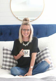 peinados-de-lado-mujer-sentada-sofa-taza-blusa- 2412ced012c3