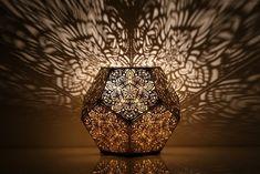 01-luminaria-geometrica-transforma-a-sala-em-um-caleidoscopio