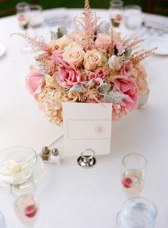 Otra versión con rosas, esta vez acompañadas de flores y hojas secas. Los centros de mesa florales más románticos para bodas. Imágenes: Style Me Pretty.