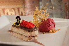 Chakras (jantar)    Semi-frio de café e chocolate, molho de Porto e sorvete de frutas vermelhas