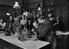 La Sorbonne : laboratoire de chimie. Paris, vers 1900. © Neurdein / Roger-Viollet
