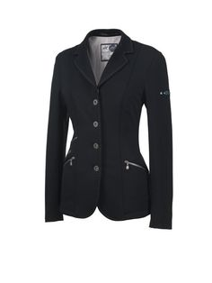 This fashionable riding jacket from Pikeur convinces by means of its perfect close-cut style as well as many special additional details. The new, super stretch Jersey fabric ensures a high degree of c