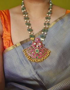 May 2020 - Jade and pearl haaram , silver gold plated Real Gold Jewelry, Gold Jewelry Simple, Gold Jewellery Design, Emerald Jewelry, Bead Jewellery, Clean Jewelry, Silver Jewellery, Pearl Jewelry, Pearl Necklace Designs