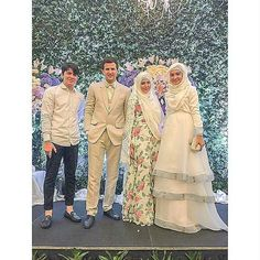 I'm not usually pin a group of couple in a frame. But I love the everything, the dress, hijab, pants, blazer. MashaAllah... What a beautiful wedding.