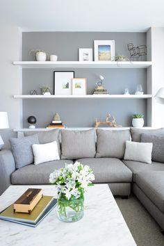 Idea soggiorno scandinavo in colori bianco e grigio - libreria costruita in una nicchia del muro - idee soggiorni contemporanei