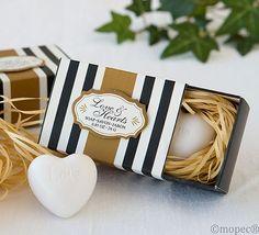 Regalos para los invitados. Jabón con forma de corazón en caja de regalo. Medida jabón: 4,5 x 4,5 Medida caja: 8 x 5,5 x 3,5 cm