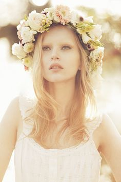 A beautiful ethereal look for a relaxed beach or garden wedding. Fresh flower garlands look divine in long hair set in romantic loose waves. Flower Head Wreaths, Hair Wreaths, Flower Crowns, Hair Garland, Flower Garlands, Floral Headpiece, Headpiece Wedding, Wedding Veil, Gold Wedding