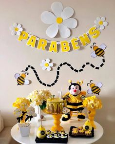 how to organize creative ideas (PHOTOS) - Birthday FM : Home of Birtday Inspirations, Wishes, DIY, Music & Ideas 1st Birthday Party For Girls, Baby Birthday, Birthday Party Decorations, Rodjendanske Torte, Bumble Bee Birthday, Sunshine Birthday, First Birthdays, Ideas Vintage, Fotos Ideas