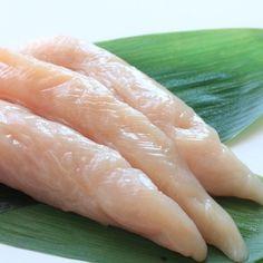 笹の葉の形に似ていることからささみと呼ばれるようになったささみ。鶏肉の部位の中では脂肪分が最も少ないささみは、淡白な味わいで火を通しても固くなりにくく、柔らかくしっとりとしています。 栄養価としては良質なたんぱく質に豊富なビタミン類が含まれているのが特徴で、疲労回復や消化促進、美肌効果、眼精疲労の緩和や滋養強壮など様々な面で効果が期待できます。