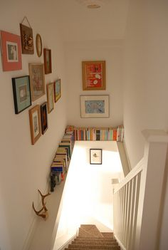 Beautiful 24 ideas for storing books in small spaces. Take advantage of an unused ledge! The post 24 ideas for storing books in small spaces. Take advantage of an un . Decoration Cage Escalier, Staircase Decoration, Staircase Ideas, Staircase Design, Style At Home, Staircase Bookshelf, Stairway Storage, Bookshelf Ideas, Storage Stairs