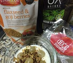 Mais uma super refeição sugerida pela Denise do NutriMais Denise Gomes: Kefir com granola de café Doce Papoila, proteína de cânhamo e mix de linhaça e goji.