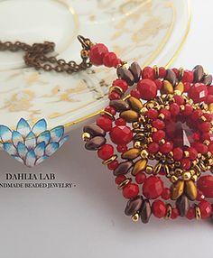 Ciondolo Dahlia Peonia. Da un'attenta e ricercata combinazione di perline, nasce la collezione di ciondoli Dahlia, ispirata alle diverse ed uniche varietà di dalia nel mondo