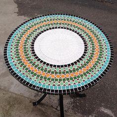 Fiz esta mesa de mosaico na semana passada. Estou apaixonada por ela! As cores ficaram lindas de viver! Esta vai pra varanda de uma cliente fofa!