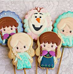 with Frozen! It's never too late to learn that there is a version named Frozen Fever ! E ontem aprendi que existe a versão Frozen Fever! Cookies For Kids, Sweet Cookies, Iced Cookies, Cute Cookies, Pastel Frozen, Cute Frozen, Disney Cookies, Frozen Cookies, Cake Pops