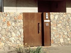 Pin en Corten Steel Gate Design, House Gate Design, House Front Design, Door Design, Front Gates, Entrance Gates, Gate Handles, Old Stone Houses, Arched Doors