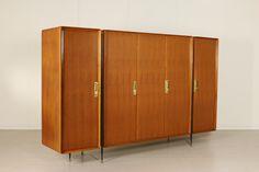 Mobile armadio; legno impiallacciato teak, metallo e ottone. Buone condizioni, presenta piccoli segni di usura.