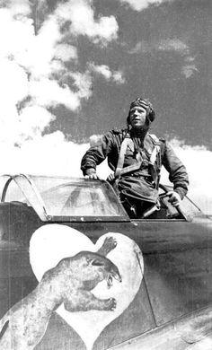 Google+  Будущий дважды Герой Советского Союза старший лейтенант Алексей Алелюхин на своём истребителе Як-1. На фюзеляже истребителя — пантера, разрывающая сердце, — фирменный знак Алелюхина, который украсил самолёт после 1942 года, во время Сталинградской битвы. Эта эмблема означала, что лётчики одержали победу над асами 9 Staffel JG 52 (сердце под кабиной было их отличительным знаком). Кроме того, в красный цвет выкрасили капот истребителя.