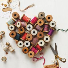 Vintage Thread Spools DIY Project 2019 Creative uses for vintage thread spools. The Sewing Loft The post Vintage Thread Spools DIY Project 2019 appeared first on Vintage ideas. Sewing Art, Sewing Crafts, Sewing Projects, Sewing Ideas, Sewing Patterns, Costura Vintage, Spool Crafts, Sewing Spaces, Wooden Spools