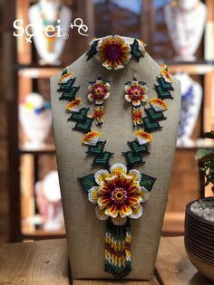 Hermoso juego de joyería de arte huichol. Viene un collar, aretes y brazalete de girasol. Huichol Art, Bead Jewellery, Jewelry, Floral Tie, Brooch, Inspire, Crafty, Etsy, Beads