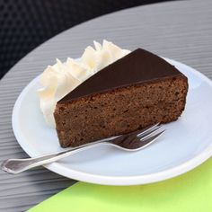 Is there anything better than chocolate? Yes, double chocolate! The famous Sachertorte recipe is probably one of the best kept secrets of Viennese dessert cuisine! I Love Chocolate, Chocolate Cream, Springform Cake Tin, Austrian Recipes, Creamed Eggs, Cake Tins, Original Recipe, Chocolate Recipes, Banana Bread