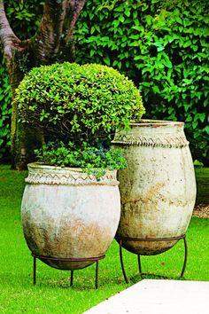 The check and balance between objects resonates throughout a stunning São Paulo garden Garden Urns, Garden Planters, Container Plants, Container Gardening, Olive Jar, Italian Garden, Metal Planters, Dream Garden, Garden Inspiration