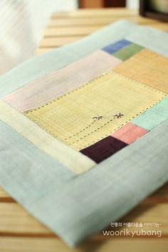 안녕하세요. 이웃님들..어떻게 지내고 계신가요?요새 날씨가 조금 푸근해서 편안하게 입고 나왔더니..꽃샘... Sewing Art, Hand Sewing, Sewing Crafts, Korean Crafts, Korean Design, Creative Textiles, Patchwork Patterns, Sewing Basics, Fabric Covered