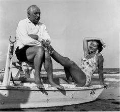 La Fundación Canal acoge la exposición Mitografías. Mitos en la intimidad. Una colección de240 fotografías personales, íntimas y entrañables de diez de los nombres más relevantes y universales del siglo XX. En la imagen, la soprano María Callas con su marido, Giovanni Meneghini, en la playa de Venecia, en 1956.