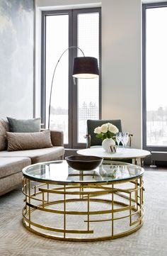 So funktioniert der Look » Retro Glam «: Fifties Charme trifft auf Art déco-Glamour! In diesem Lounge-Look sorgen Möbel im Retro-Design für stilvolles Nostalgie-Feeling, edler Samt sowie goldene Details schaffen elegantes Wohlfühl-Ambiente. Mit der schwarzen Leuchte als Kontrastakzenten kommt Spannung in die Farbwelt aus Grün-Beige. // Gold Couchtisch Glas Samt Lounge Sessel Sofa