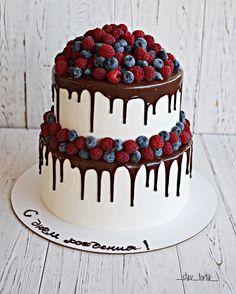 Ягодный бум. Нижний ярус ваниль, малина, йогурт. Верхний ярус воздушный шоколадный бисквит и не менее нежный шоколадный мусс. Автор instagram.com/_stav_tortik_