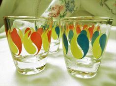 """A set of Five French Shot Glasses with print in different colours. 1970's ,5 shot in perfect condition """"shot"""", """"pousse-café"""" ' de la boutique Vintagemandalitashop sur Etsy"""