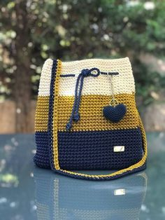 Crochet backpack pattern inspiration / crochet bag from t-shir yarn - Salvabrani How To Crochet A Shell Stitch Purse Bag - Crochet Ideas Crochet Backpack Pattern, Crochet Tote, Crochet Handbags, Crochet Purses, Crochet Crafts, Free Crochet, Knit Crochet, Crochet Projects, Purse Patterns