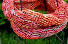 Wer für Frühling oder Sommer einen Hingucker sucht, sollte einen Fallmaschenloop stricken. Besonders interessant wirkt ein solch luftiger Halsschmeichler, wenn als Material ein Bändchengarn mit ein…