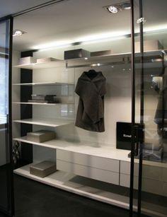 moderne inloopkast op maat in glas en aluminium met rimadesio velaria