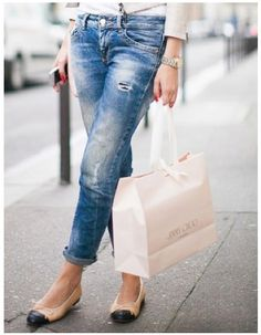 jeans and flats. and hey, while im at it, i'll take the contents of the j choo bag. Estilo Fashion, Denim Fashion, Fashion Women, Women's Fashion, Style Casual, Style Me, Casual Chic, Basic Style, Spring Summer Fashion