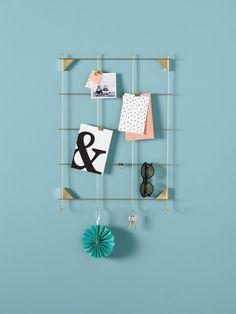 Petit tableau pèle-mêle idéal pour accrocher photos, cartes postales et souvenirs de vacances dans son salon trouvé dans le catalogue Ikea 2018