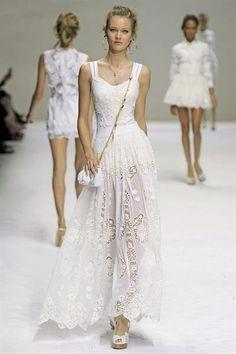Длинное белое кружевное платье