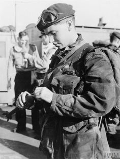A member of 45 Royal Marine Commando priming a grenade before disembarking from HMS THESEUS for the landing beaches at Port Said. Naher Osten, Parachute Regiment, Royal Marines, Military Diorama, Paratrooper, Musketeers, British Army, Cold War, Military History
