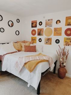 Room Ideas Bedroom, Bedroom Themes, Orange Room Decor, Minimalist Room, My New Room, Room Inspiration, Circle Mirrors, Fake Plants, Dorm Room