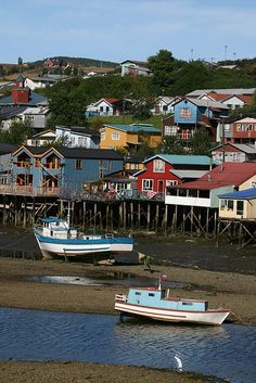 Palafitos (houses on stilts) tide's out in Chiloe island, Chile. Central America, South America, Bolivia, Beautiful Places, Beautiful Pictures, House On Stilts, Equador, Fishing Villages, Archipelago