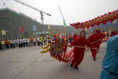 Chineses comemoram construção do prédio que vai abrigar a nova unidade da rede sueca Ikea, especializada no varejo de móveis, no centro de Pequim - http://revistaepoca.globo.com//Sociedade/fotos/2013/06/fotos-do-dia-5-de-junho-de-2013.html (Foto: AP Photo/Ng Han Guan)